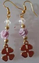 Pendientes de zamak con rosas de resina y perlas sintéticas