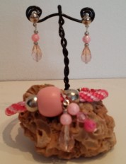 Juego pulsera kuminimo con bolas de madera y metal y charm de lagrimas facetadas, con pendientes. (2)
